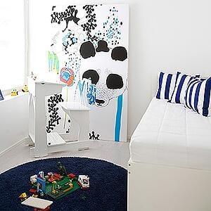 Pojan toivoma sininen on saatu huoneeseen kätevästi toiveiden mukaisella matolla ja tyynyillä.
