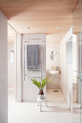 Mattapintaiset ja netraalin väriset pinnat on helppo pitää puhtaana kylpyhuoneessa.